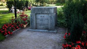 Efter att den första stenen rivits ner direkt den sattes upp dröjde det till 1950 innan massgraven fick en minnessten.