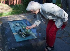 Annelies Lindblom lägger ner blommor på minnesmärket i Sorgens park.