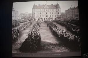 I upp till två dagar kunde de röda fångarna tvingas stå på torget och invänta fängelse eller arkebusering.