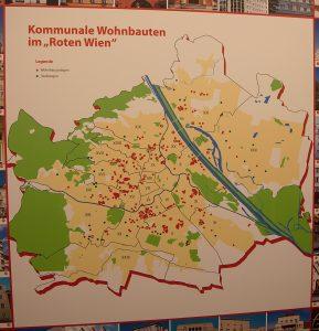 De röda prickarna markerar var de olika mönsterbostadsområdena för 200 000 människor byggdes. Karl Marx Hof ligger uppe i den nordöstra delen av Wien.