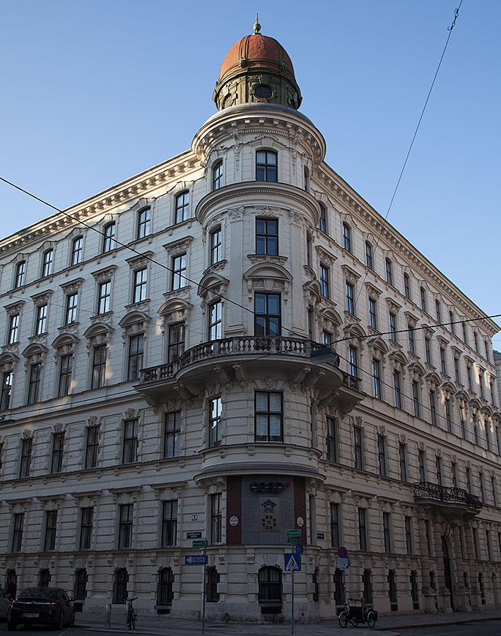 Trots att Wiens arbetare försökte organisera sig tidigt dröjde det cirka 100 år innan arbetarnas fackliga centralorganisation kunde bildas 1945. Sina första tre år huserade ÖGB i detta hus på Ebendorferstrasse.