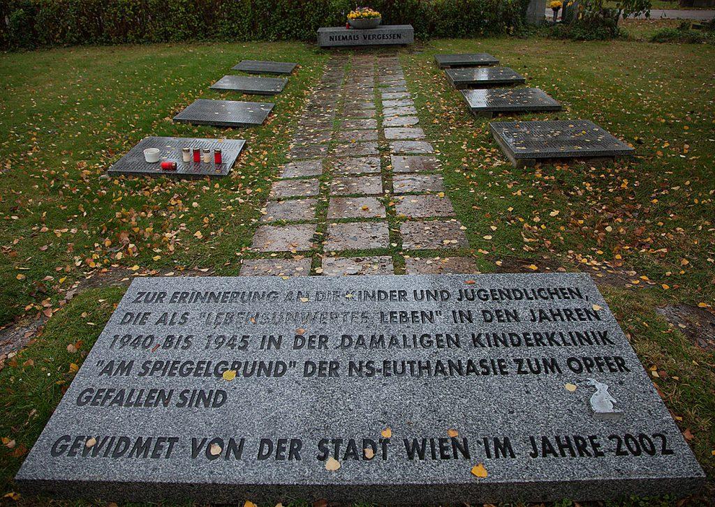 På den stora begravningsplats som vi åkte till finns också minnesmärken för nazitidens offer i Wien. Det här minnesmärket är för de funktionshindrade barn från Wien som nazisterna avrättade.