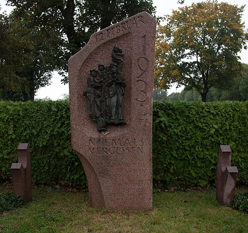 På den stora begravningsplatsen i Wien begravde, i hemlighet, austrofascisterna Det röda Wiens dödsoffer efter inbördeskriget. Arbeiderzeitung, som nu kom ut olagligt lyckade dock avslöja var massgraven fanns några dagar efter begravningen.