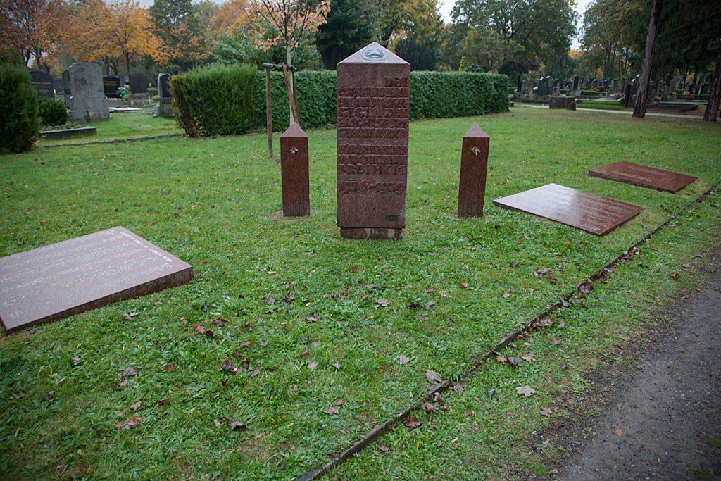 Mittemot minnesmärket för de stupade i det österikiska inbördeskriget finns minnesmärket över de 300 stupade av de 1400 Wiensocialister som åkte till Spanien,