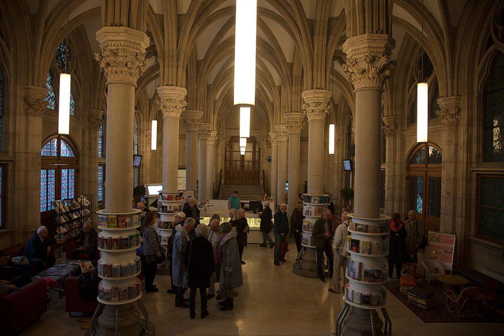 Torsdagsmorgonen inleddes med besök i Wiens pampiga rådhus som byggdes under elva år och som togs i bruk 1885.